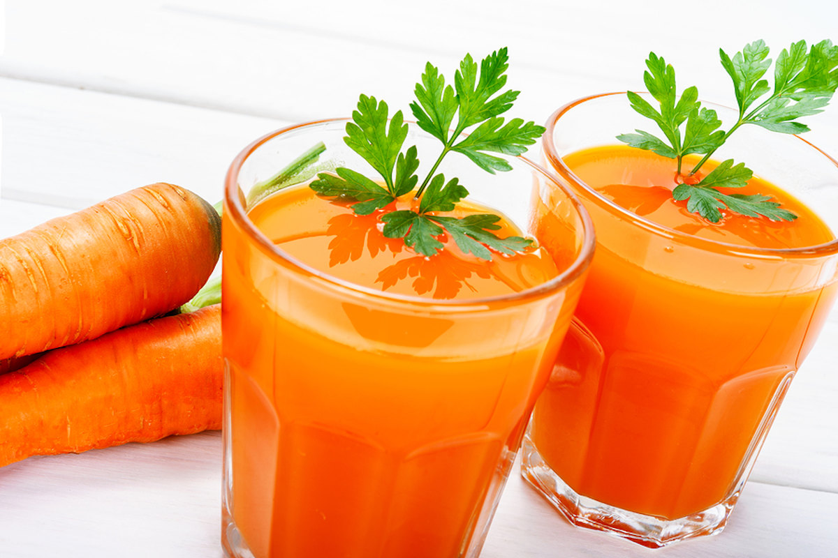 Carrot Juice in 2 glasses with 2 carrots