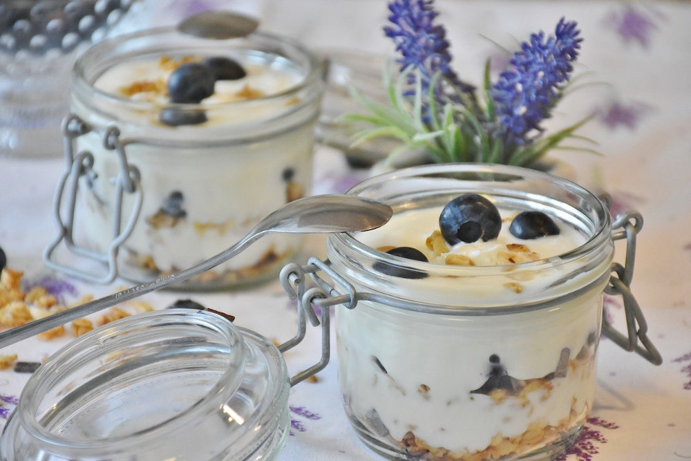 Yogurt in clasp jars with blueberries and oatmeal