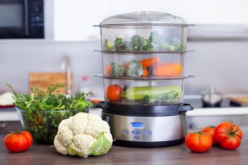 Food steamer with vegetables